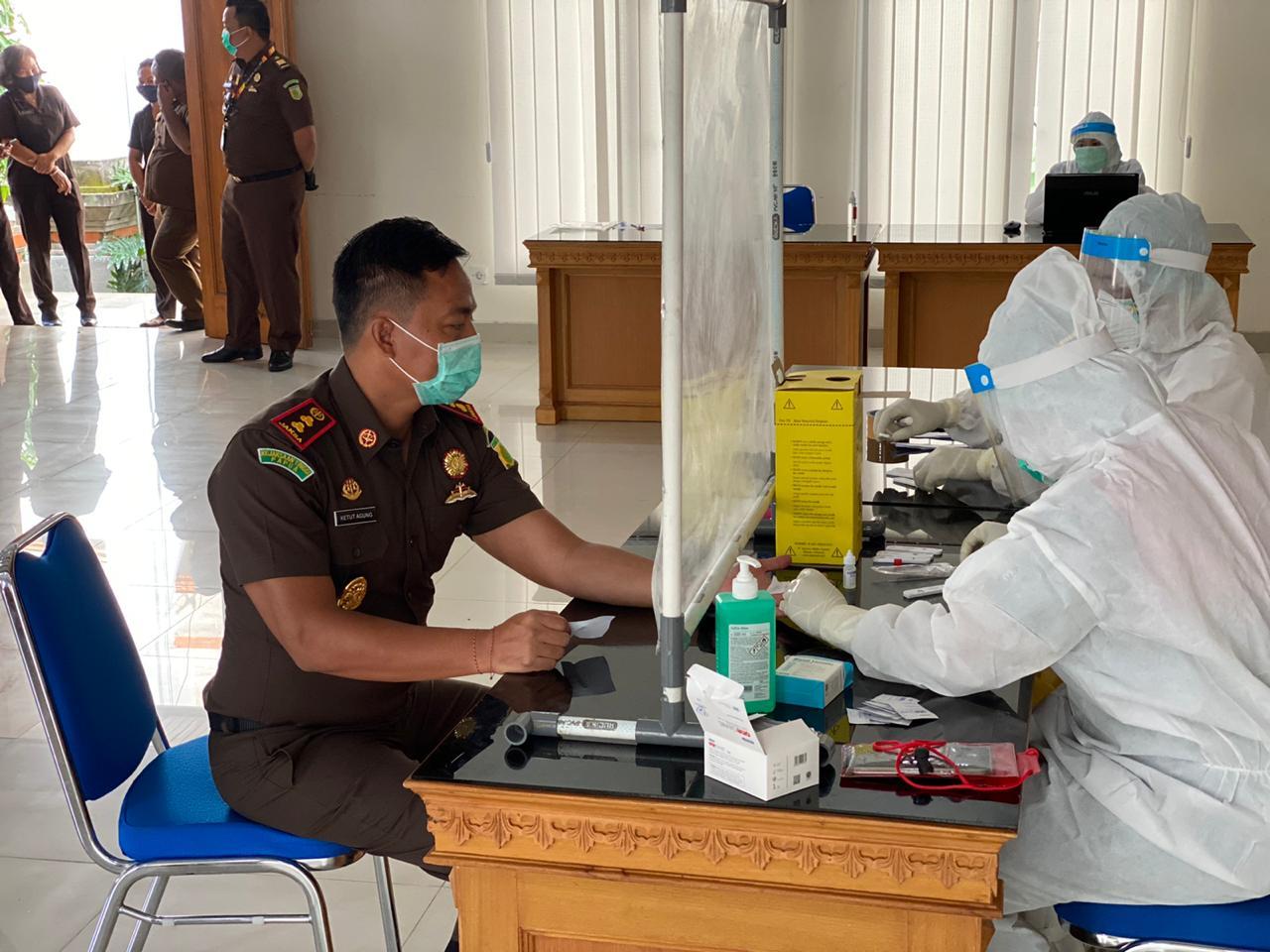 Kegiatan Rapid Test Diikuti oleh Seluruh Pegawai Kejari Badung